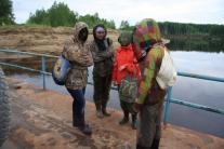 Участники экспедиции в ожидании парома: антикомариный дресc-код