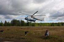 Вертолетная площадка. Вертолет садится