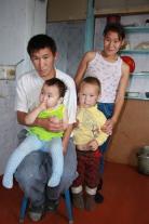 Молодая семья - Илья Антонович Ялогир и Лилия Валентиновна Ёлдогир с детьми. Язык внутрисемейного общения -  русский