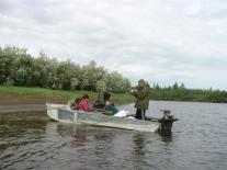 Рыбачат с лодки