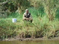 Рыбачит с берега