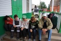 Участники экспедиции в ожидании транспорта на крыльце автовокзала