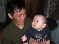 Молодой отец Сергей Сергеевич Удыгир  с сыном