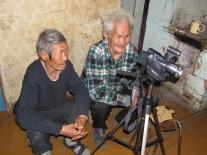 Юрий Григорьевич Каплин и Егор Петрович Момоль просматривают только что сделанную аудиозапись своих рассказов