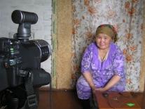 Валентина Христофоровна Ёлдогир просматривает видеозапись рассказанной ею сказки