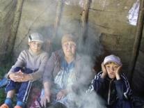 Валентина Христофоровна Ёлдогир рассказывает эвенкийскую сказку нам и своим внукам в чуме