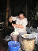 Раиса Ивановна Бунеева замешивает тесто