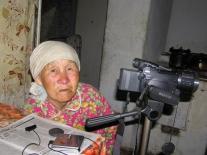 Елена Павловна Аркадьева просматривает видеозапись своего рассказа