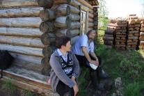 Лариса Николаевна и Леонид Михайлович в ожидании вертолета