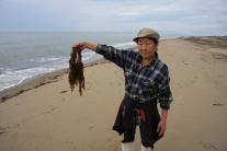Светлана Александровна Трофимова показывает морской виноград