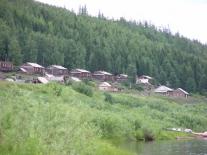Суломай: старый поселок на берегу реки – некоторые дома река пощадила, а некоторые жители отстроили после наводнения заново на старом месте
