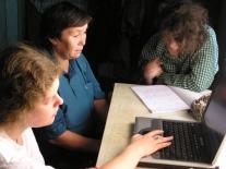 Расшифровка текста: Люда Николаева и Лена Будянская работают с Альбиной Яковлевной Жарковой (Дорожкиной)