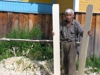 Алексей Степанович Лямич у верстака с заготовками камысных лыж