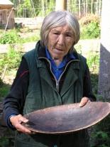 Валентина Гавриловна Дюлюбчина с традиционным кетским деревянным блюдом